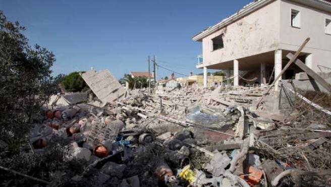 Restos tras la explosión de gas en una casa abandonada de la urbanización Montecarlo de Alcanar Platja, en la localidad de Alcanar (Tarragona).