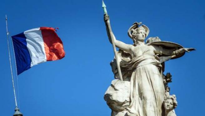Bandera francesa vuela a media asta en el palacio del 'Grand Palais' en París tras los atentados de Cataluña.