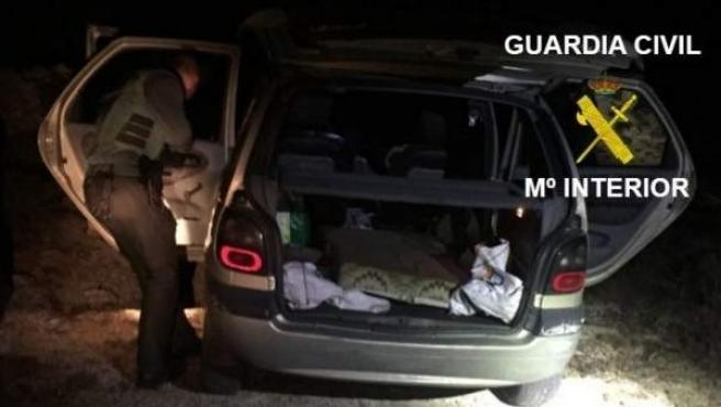 Vehículo del detenido registrado por agentes de la Guardia Civil.