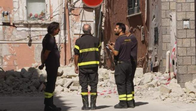 Bomberos inspeccionan las zonas afectadas por el terremoto en Ischia.