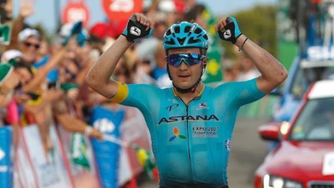 Lutsenko entra en meta y celebra su victoria en la quinta etapa de la Vuelta.