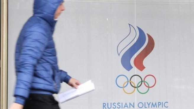 Un hombre camina junto a la sede del Comité Olímpico ruso en Moscú (Rusia).