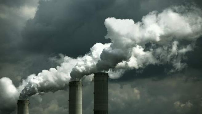 Emisiones de gases de una fábrica a la atmósfera.