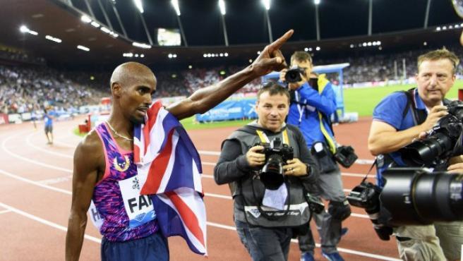 El británico Mo Farah celebra después de ganar la carrera de 5000 metros masculina.