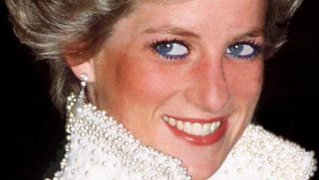 Una imagen de Diana de Gales, Lady Di, luciendo joyas de la Corona Británica.