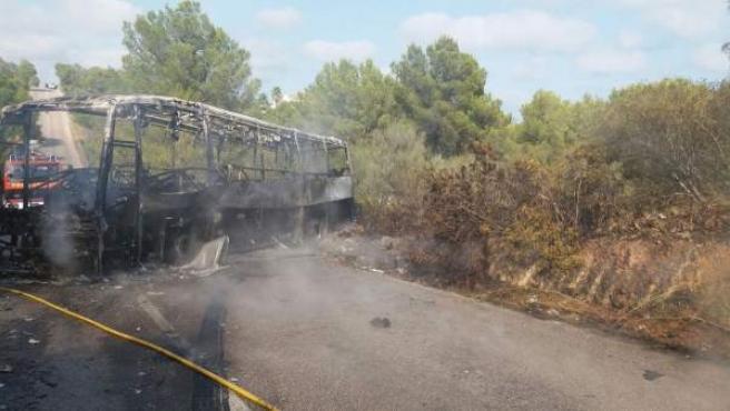 Un incendio en un autocar en la carretera de Calas de Mallorca aCala Murada.