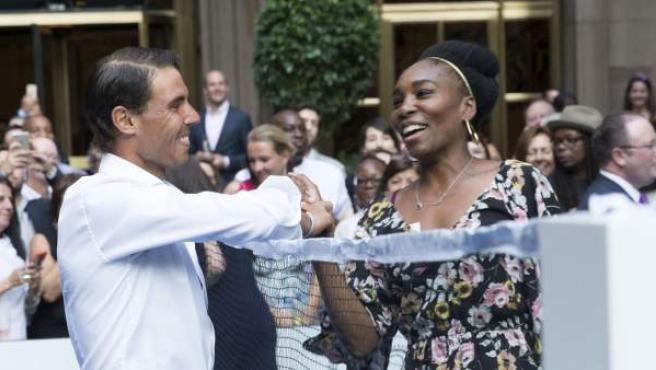 Rafael Nadal y Venus Williams durante un partido de bádminton.