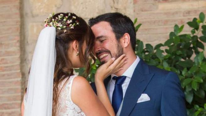El coordinador federal de Izquierda Unida (IU), Alberto Garzón, y su novia Anna Ruiz, tras darse el 'sí quiero'.