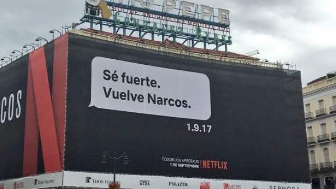 Cartel de Netflix anunciando Narcos en la Puerta del Sol.