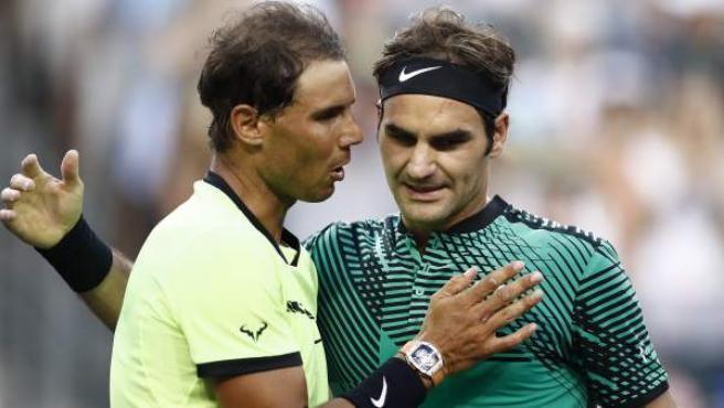 Rafa Nadal y Roger Federer se saludan tras un partido en Indian Wells.