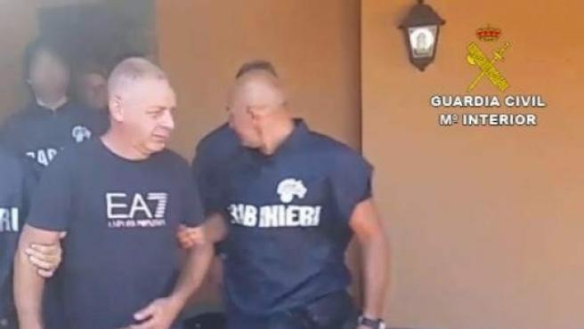 Agentes de la Policía italiana deteniendo al jefe de la Camorra napolitana, Giuseppe Simioli.