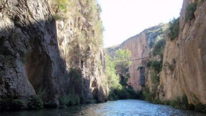 Uno de los puentes colgantes sobre el río Turia en Chulilla (Valencia).