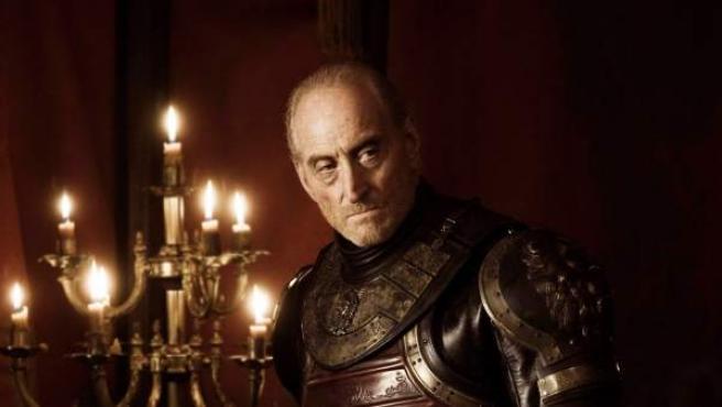Charles Dance es Tywin Lannister