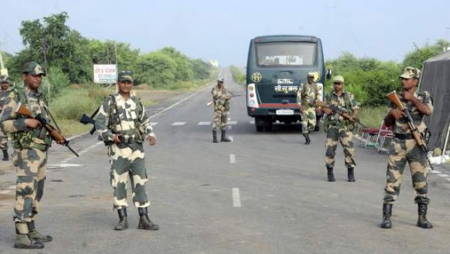 Miembros de las fuerzas de seguridad de la India montan guardia en la prisión de Sunaria donde permanece el gurú Gurmeet Ram Rahim Singh en Rohtak (India).