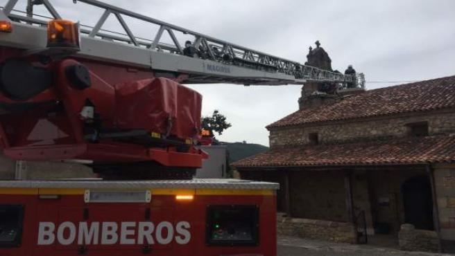 Herido por explosión de pirotecnia en el campanario de Villasevil