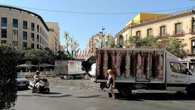Vehículos cortan el acceso rodado al Paseo de Almería durante la feria