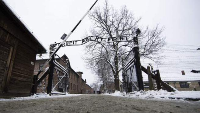 """La inscripción """"El trabajo os hará libres"""" se lee en la verja principal del campo de concentración alemán nazi Auschwitz II-Birkenau en Oswiecim (Polonia)."""