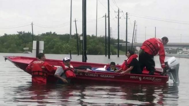 Personal de la guardia costera de Houston mientras realiza labores de búsqueda y rescate de residentes de áreas inundadas tras el huracán Harvey en Houston (Estados Unidos).