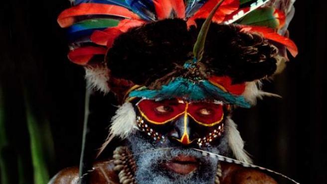 """Guerrero de la tribu Melpa decorado para una ceremonia de armisticio o """"Moga""""/ Foto: Pedro Saura"""