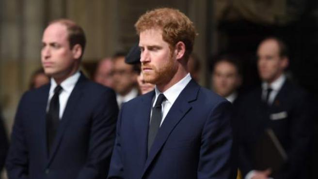 El duque de Cambridge Guillermo y su hermano el príncipe Harry de Inglaterra durante un servicio religioso