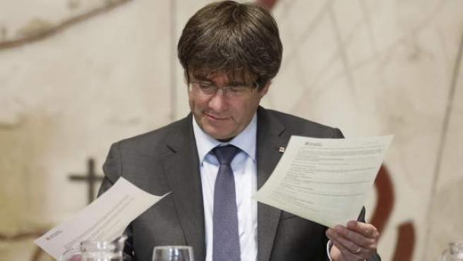 El presidente de la Generalitat, Carles Puigdemont, durante la reunión semanal del Govern.