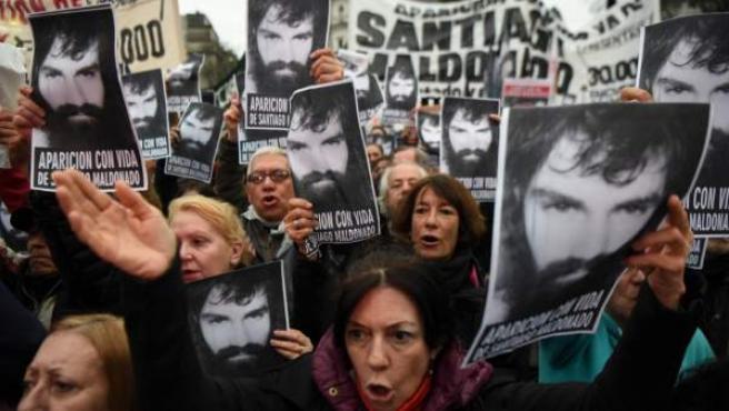 Un grupo de manifestantes argentinos sale a las calles con la fotografía de Santiago Maldonado, el joven desaparecido el pasado 1 de agosto.