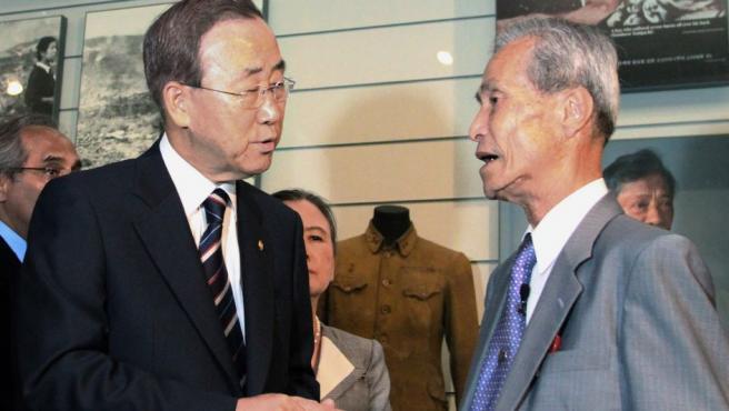El exsecretario general de Naciones Ban Ki-moon da la mano a Sumiteru Taniguchi, en una foto de archivo de 2010 en el Museo de la Bomba Atómica de Nagasaki (Japón).