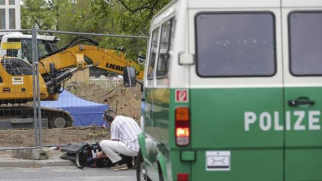 Un policía asegura la zona donde encontraron una bomba de la Segunda Guerra Mundial durante unas construcciones en Fráncfort (Alemania) el 30 de agosto de 2017.
