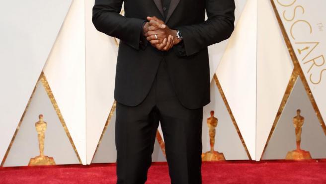 El actor Mahershala Ali posa en la alfombra roja de los Oscar 2017. Ali se llevó el premio al mejor actor secundario por su papel en Moonlight.
