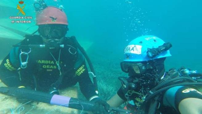 La Guardia Civil con un fusil de pesca submarina