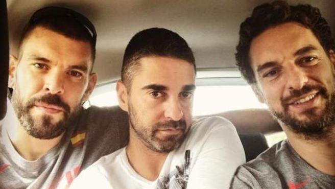 Los hermanos Gasol dejan a Juan Carlos Navarro 'atrapado' en un taxi en Rumanía.
