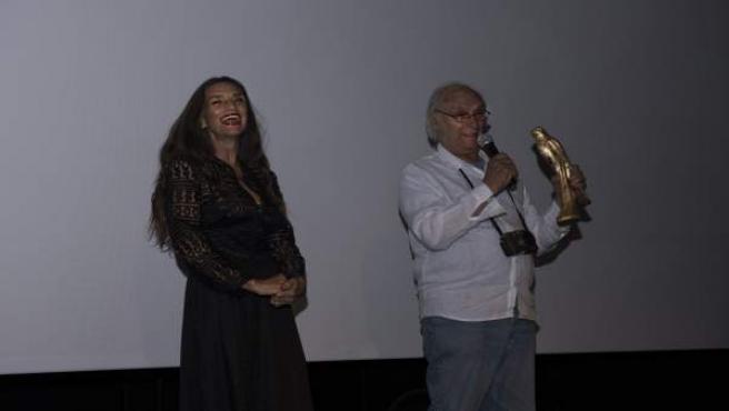Carlos Saura, con el Falcó D'Or, y la actriz Ángela Molina