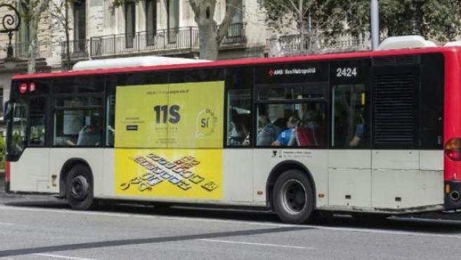 Un autobús urbano, por las calles de Barcelona, con la publicidad 'Diada del sí'.