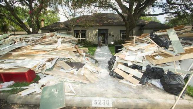 Fotografía de los escombros y basura generados en una vivienda afectada por el paso del huracán Harvey en Texas.