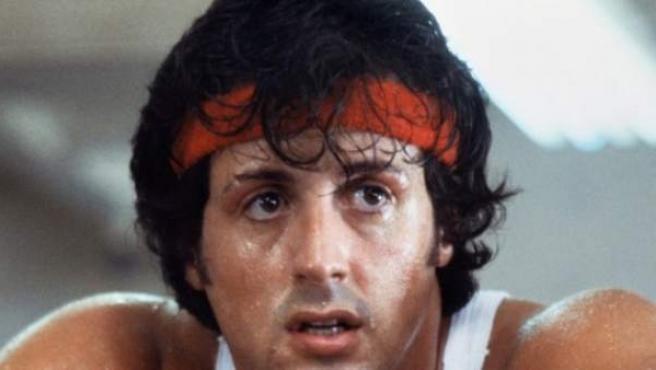 El actor ha protagonizado las seis películas de la saga Rocky, además de Creed, un spin-off estrenado en 2015. Para Stallone este papel supuso su salto a la fama, encarnando a un boxeador italoamericano que luchaba en un club de peleas de barrio y que soñaba con ser una estrella del cuadrilátero.
