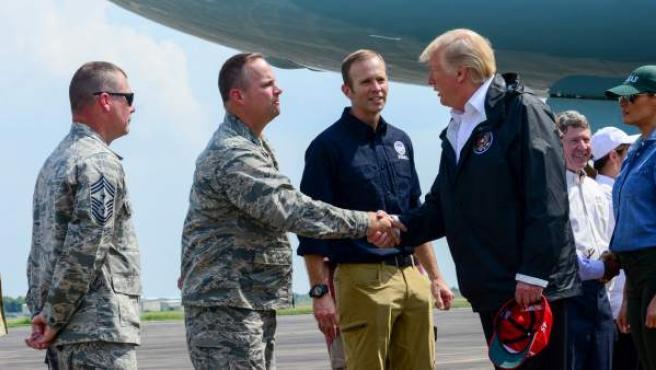 El presidente de Estados Unidos, Donald Trump, saludando a militares que participaron en las tareas de ayuda a la población por el huracán Harvey.