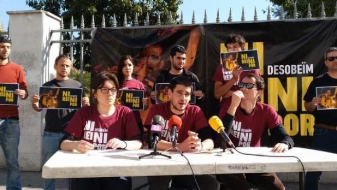 Los jóvenes investigados por quemar una fotografía del rey en la Diada de Mallorca.