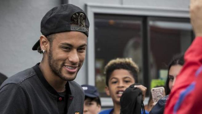 El delantero del FC Barcelona, Neymar Jr., a su llegada a un entrenamiento con motivo de la gira preparatoria del club por EE UU.