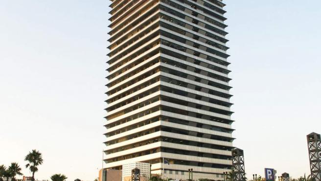 Rascacielos más alto de Cataluña junto con el Hotel Arts gracias a sus 154 metros. Fue construido en 1992 para uso de oficinas y consta de 40 plantas. Está situado junto al puerto olímpico de Barcelona.