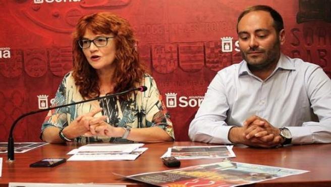 La concejal de Turismo y el responsable de la organizadora del Festival