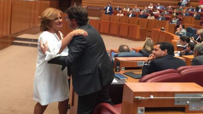 Paloma Vallejo saluda a Fernández Mañueco en el Pleno de las Cortes