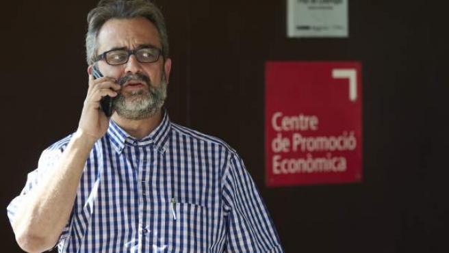 El asesor del comité de huelga de los trabajadores de Eulen en los controles del aeropuerto de Barcelona-El Prat, Juan Carlos Giménez, a su llegada a la asamblea para analizar el laudo obligatorio.