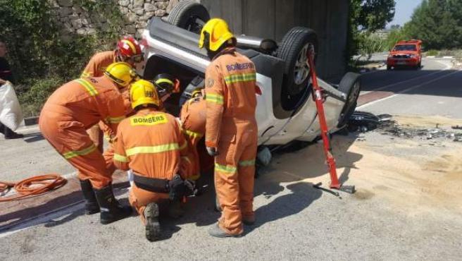 Bomberos rescatan a un conductor tras un accidente en La Pobla del Duc