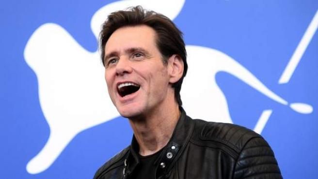 El actor estadounidense Jim Carrey posa para los medios durante la presentación del documental 'Jim & Andy: The great beyond-The story of Jim Carrey' durante la 74ª edición del Festival Internacional de Cine de Venecia.