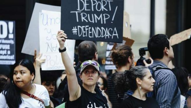 Varias personas se manifiestan frente a la Torre Trump después de que el presidente estadounidense anunciara la eliminación del plan migratorio conocido como DACA, en Nueva York.