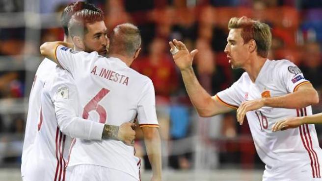 Sergio Ramos celebra su gol a Liechtenstein abrazado por Iniesta y felicitado por Monreal.