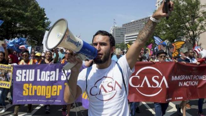 Manifestantes participan en una marcha contra la eliminación del programa DACA en Washington.