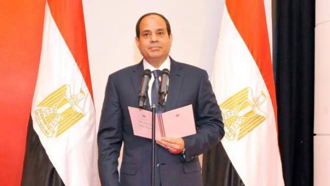 Momento en que el exmariscal Al Sisi jura el cargo como nuevo presidente de Egipto.