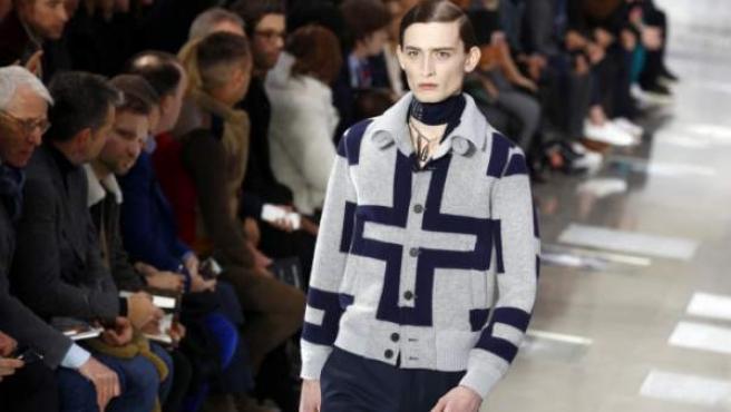 Un modelo desfila con una creación de Kim Jones para Louis Vuitton en París.