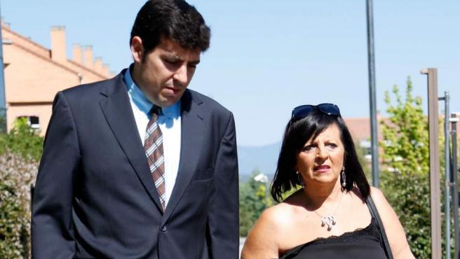 Pilar Abel, la supuesta hija de Salvador Dalí, con su abogado.